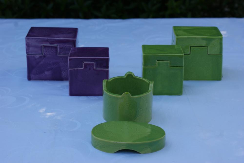 Boîtes vertes et violettes, entièrement montées à la main, en faience.