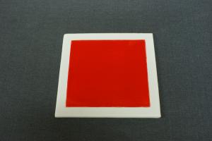 sous plat céramique rouge et blanc